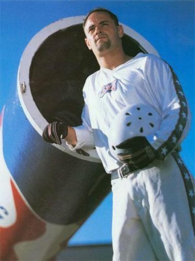Рекорд по дальности полёта из пушки сейчас принадлежит американцу Дэвиду Смиту (David Smith): в 1995-м он